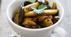 L'aubergine est un légume que j'utilise souvent pour faire le fameux caviar d'aubergine qui accompagne mes plats de viande ou mes plats végétariens. Mais j'aime aussi le faire en curry comme en Inde.  Ainsi comme pour la majorité des recettes indiennes nous allons commencer par préparer une sauce masala ...