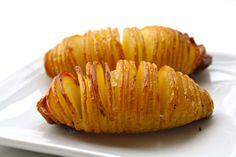 Una receta muy vistosa de patatas al horno. Pre calentar el horno a 200º C . Poner las patatas sobre una tabla de cortar y cortar en laminas de unos 3 mm aproximadamente, siempre teniendo en cuenta que no se debe de cortar hasta la base. Poner las patatas en una bandeja, espolvorear sal, pimienta …