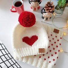 You are in the right place about knit kids hats Here we offer you the most beautiful pictures about Baby Hats Knitting, Baby Knitting Patterns, Free Knitting, Crochet Patterns, Wooly Hats, Knitted Hats, Crochet Baby, Knit Crochet, Faux Fur Pom Pom