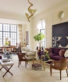 Visite d'un grand appartement à New-York, au coeur de Manhattan : Des materiaux sobres mais précieux, des couleurs chaleureuses de bois et de pierre... pour créer une atmosphère masculine très élégante et moderne.