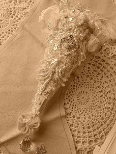 How+to+Make+Victorian+Style+Lace+Christmas+Ornaments