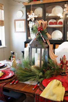 32 Elegant And Simple Christmas Decor Ideas ⋆ aviatech. Christmas Kitchen, Cozy Christmas, Rustic Christmas, Simple Christmas, Christmas Holidays, Thanksgiving Holiday, Christmas Table Settings, Christmas Tablescapes, Christmas Tabletop