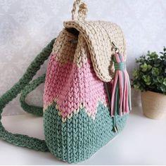 Hadi iyisiniz size en guzel cantalari buluyorum . . @home.knit.decor . . #orgu #örgü #tigisi #handmade #elemegi #crochet #knit #hook #yarn #crocheter #crochetersofinstagram #knitter #knittersofinstagram #blanket #crochetbasket #fashion #baby #crocheters #knitters #amigurumi #penyeip #tshirtyarn #pouf #puf #paspas #orgucanta #crochetbag