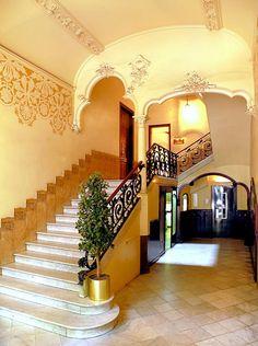 Bello interior de casa patio Española tradicional. Vista desde la escalera.