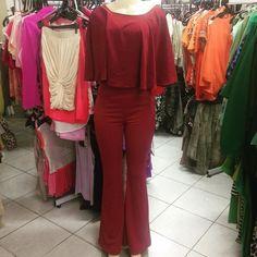 Look monocromático com calça flair bailarina #Dila blusa de babados #Dila. Tons de bordô em tecidos diferentes da mesma marca.  Calça:#Dila/Tam:P R$3900 Blusa:#Dila/Tam:M R$5800  #brechócamarimtododianovidade  #brecho.