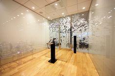 ガラスと木目とグラフィックが融合した繊細なデザイナーズオフィス |オフィスデザイン事例|デザイナーズオフィスのヴィス