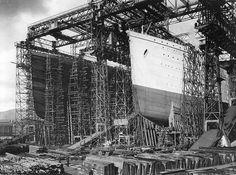 """Construçã do """"RMS Titanic"""". Vê-se o Navio """"Olympic"""", de casco branco. 1910. * Belfast, Irlanda do Norte."""