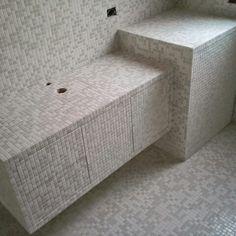 Mobile bagno rivestito in mosaico