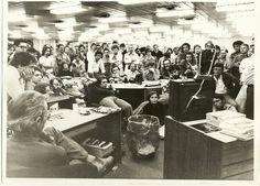 Redação do Estadão em 1977. Redação parada para ver o 'pacote de abril' do ditador General Ernesto Geisel #estadao #jornal #redacao #ditadura #militar #censura #imprensa #jornalistas