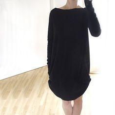 Prosta, gruba,  miękka, cieplutka,  dopasowana  czarna  sukienka.  Bardzo długie  rękawy.    Surowe, cięte  wykończenie dekoltu,  dołu i rękawów, bez  szycia. Kieszenie po  bokach, ukryte w  szwie. Dostępne  także inne wersje  kolorystyczne.    Jeden rozmiar  uniwersalny.  Oversize.     Gr...
