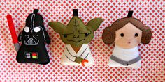 my felt friends .: Star Wars trio, lots of great felt food ideas Star Wars Christmas, Felt Christmas, Sewing Projects, Craft Projects, Felt Projects, Felt Keychain, Keychains, Finger Puppet Patterns, Wooly Bully
