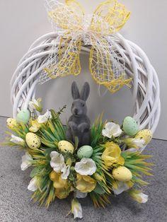Easter Wreaths, Fall Wreaths, Mesh Wreaths, Front Door Decor, Wreaths For Front Door, Felt Crafts, Easter Crafts, Grapevine Wreath, Burlap Wreath