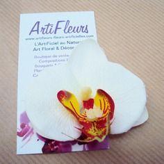 Broche ou barrette fleuron orchidée blanche au cœur de feu