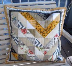 Modern Chevron Pillow by Caribousmom via Threadbias. Pattern from Pillow Pop Small Quilt Projects, Quilting Projects, Sewing Projects, Patchwork Pillow, Quilted Pillow, Pillow Fight, Pillow Talk, Homemade Pillows, Modern Cushions