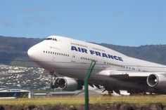 Boeing 747-400 d'Air France décollant de l'Aéroport de La Réunion Roland-Garros de Saint-Denis. ◆La Réunion — Wikipédia https://fr.wikipedia.org/wiki/La_R%C3%A9union #Reunion