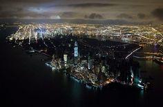 Blackout. Voici sans doute l'image qui symbolisera le mieux les ravages de l'ouragan Sandy sur la ville de New-York. Plongé dans le noir, dans la nuit du 31 octobre au 1er novembre, Manhattan a sans doute vécu la fête macabre d'Halloween comme jamais auparavant. D'une force terrifiante, Sandy a provoqué la mort de 41 personnes dans une ville transformée en camp retranché, et traumatisée. Plus d'une semaine après la catastrophe, l'essence manquait toujours et quelque 100.000 ....