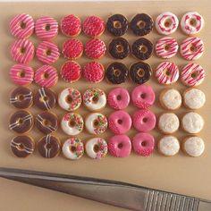 Mini Food -Tiny donuts in scale food Cute Polymer Clay, Cute Clay, Polymer Clay Miniatures, Polymer Clay Charms, Polymer Clay Creations, Dollhouse Miniatures, Miniature Crafts, Miniature Food, Miniature Dolls