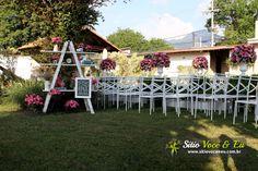 Decoração floral em escada decorativa. Casamento com Cerimônia Religiosa ao Ar Livre.