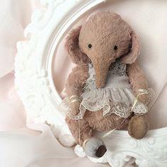 Ида - внучка известной балерины. Совсем недавно бабушка подарила ей свои первые пуанты, теперь 🐘 мечтает скорее отправиться в балетный класс..) #teddy #elephant #teddyfriends #teddyelephant #lena_ivashchenko #тедди #слон #слоник #теддислоник #друзьятедди #балет #пуанты