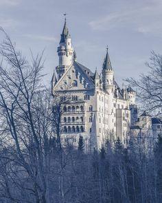 Chateau de Neuschwanstein sur la route romantique allemande en bavière Week End En Europe, Destinations, Neuschwanstein Castle, Beautiful Castles, Cologne, Cathedral, Paradise, Tours, Building