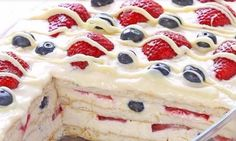 You are going to love this delicious Summer Berry Icebox Cake and it's no bake and very easy to make. Be sure to check out the Strawberry Icebox Cake too. Summer Desserts, No Bake Desserts, Food Cakes, Cupcake Cakes, Cupcakes, Slow Cooker Mexican Chicken, Biscuits Graham, Cake Recipes, Dessert Recipes
