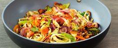 Asijská kuchyně vyniká hlavně tím že je lehká na trávení a rychlá na přípravu. Přesvědčte se sami v našem receptu na čínské nudle se zeleninou a... Wok, Cabbage, Vegan Recipes, Spaghetti, Yummy Food, Lunch, Meat, Chicken, Dinner