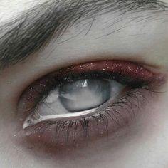 """""""Seus olhos refletiam o pior momento de sua vida, a dor que nunca sessava."""""""