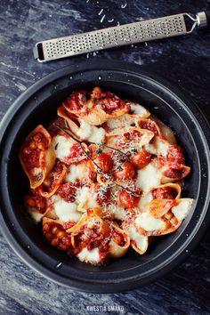 Muszle nadziewane chorizo, pomidorami, ciecierzycą i mozzarellą
