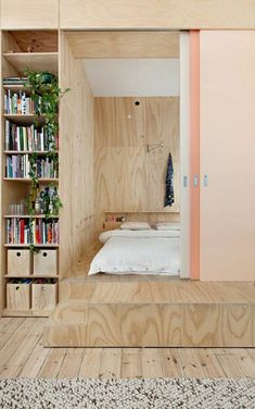une belle porte rose coulissante en bois, chambre a coucher, lit insolite