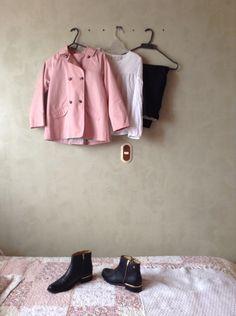 Outfit casual  y tiene un abrigo rosa , una blusa blanca, un pantalón negro , y unas hermosas botas todo este outfit es de la tienda llamada ZARA
