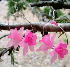 Handmade pink blossom dangle earrings by JewelrybySandeeGee Leaf Jewelry, Bead Jewellery, Jewelery, Flower Jewelry, Lucite Flower Earrings, Diy Earrings, Earrings Handmade, Jewelry Patterns, Beading Patterns