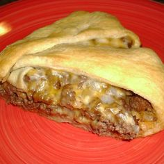 INGREDIENTS : 1 can Crescent Rolls 1 lb. ground beef 1 small onion, chopped 4 T Ketchup 1 tsp. Worchester sauce sliced cheese, I used Colby Jack Brown ground beef, drain…add onions a cook till tender. Stir in ketchup and Worchester sauce. Cheeseburger Pie, Casserole Recipes, Meat Recipes, Cooking Recipes, Quick Recipes, Yummy Recipes, Turkey Casserole, Dinner Recipes, Snacks