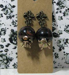 Brincos em forma de romã em ouro-velho e marrom. R$ 10,00