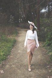Llevaba tiempo queriendo crear un look atemporal compuesto por falda y blusa como este. Peroantes de ver este outfit os quiero contar la bonita historia que hay detrás de esta firma y que protagon…