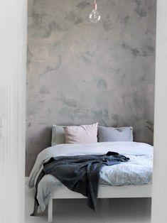 Tikkurila colornow MAMI GO GO 1: makuuhuoneen uusi betoniseinä Tunto Hienolla.
