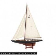 Velero ENDEAVOUR Velero Endeavour (1934) fue construido según las reglas de la clase J para participar en la Copa de América en 1934. Pedido por Sir Tom Sopwith y construido por Camper & Nicholson en Gosport (Inglaterra), se inspiraron de la tecnología aeronáutica para darle más rapidez. Velero náutico de madera.  Medidas: Alto:161.00 x Largo:120.00 x Ancho:23.50 cm.  Peso: 3.10 Kgs.