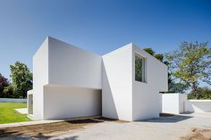 A Stack Of Blocks - The House MR by 236 Arquitectos in Portugal is a contemporary home with a unique exterior design. Minimal Architecture, Contemporary Architecture, Architecture Design, Contemporary Interior Design, Modern Design, Decoration Shop, White Houses, Portugal, Exterior Design