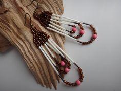 Piquants de porc-épic, boucles d'oreilles. Amérindien. Native American. Autochtone. Bijoux Amérindiens. Rocaille et Howlite rose.Porc-épics