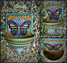 Színes falikút pillangó motívummal és gyönyörű gyöngyház mozaikokkal. Colorful garden sink with butterfly motif and beautiful iridescent mosaic pieces. Magasság/Height: 60cm, Max. szélesség/Max. widht: 42cm