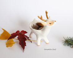 Bijoux du jour, petits trésors, mots doux trouveront refuge au creux de ce majestueux cerf blanc et doré. Mesure environ 10cm.  Figurine animale