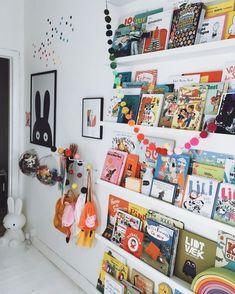 Dúvida que os livros infantis ajudam a decorar o espaço? Então veja que fofa essa inspiração!  Via Pinterest