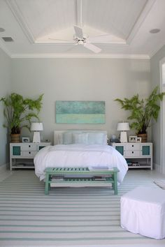 Inspiração de quarto do casal com detalhes em turquesa. As plantas em cima do criado mudo deram um toque ainda mais especial.