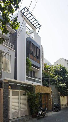 Đem thiên nhiên vào nhà ống Sài Gòn bằng hồ cá - VnExpress Gia đình House Front Design, Small House Design, Modern House Design, Facade Design, Exterior Design, Architecture Design, Residential Architecture, Gate House, Facade House