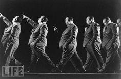 Exposición múltiple que muestra a Alfred Hitchcock durante la filmación de La Sombra de la duda. (Foto Mili Gjon / Getty Images, 1942)