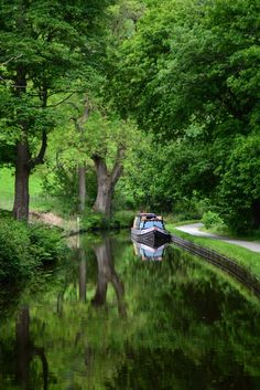 Here you relax with these backyard landscaping ideas and landscape design. Canal Barge, Places Of Interest, English Countryside, Places To See, Travel Photography, Beautiful Places, Scenery, Houseboats, Landscaping Ideas