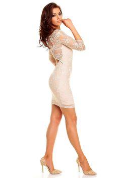Vestido Beige Katherine Elegante Vestido Beige Katherine en tono color crema. Con suaves transparencias y una sutil apertura en la espalda que hará de este modelo uno de los que quieras tener en tu armario.  Código producto: HS1026