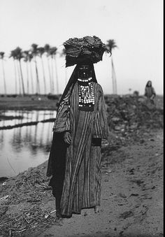 Egyptian Bedouin woman (1923 ). Photographer not specified