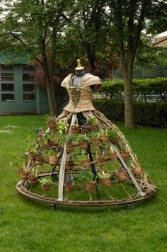 Everything you dream of may come true by your own two hands! Check out how with some DIY garden unique features at http://glamshelf.com