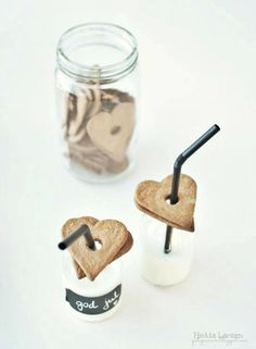 ♥ Cut out sugar cookies into heart shape and hole in the middle. Over the straw for easy dip milk n cookies Milk Cookies, Heart Cookies, Sugar Cookies, Noel Christmas, Christmas Cookies, Christmas Drinks, Cupcakes, Alice Delice, Yummy Treats