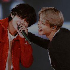 "𝐊𝐈𝐌 𝐓𝐀𝐄𝐇𝐘𝐔𝐍𝐆 — ""you are my soulmate"" - vmin, friends. Vlive Bts, Bts Vmin, Bts Taehyung, Bts Bangtan Boy, Bts Boys, K Pop, Loli Kawaii, Bts Maknae Line, Bts Korea"